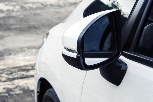 白い車のウイングミラー Premium写真