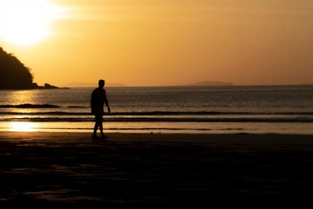 男性と海の夕日。 Premium写真
