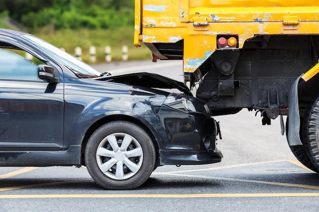 タイのプーケットで黒い車と黄色のトラックを含む道路の事故 Premium写真