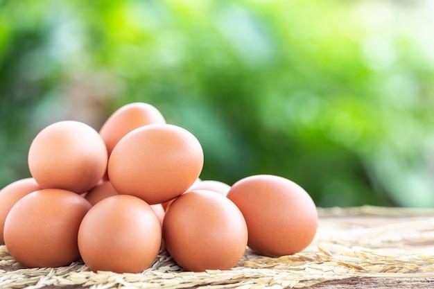 Свежие яйца на деревянном столе для концепции еды Premium Фотографии
