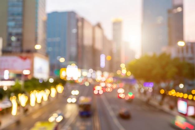 中国広州の路上で車のぼかし Premium写真