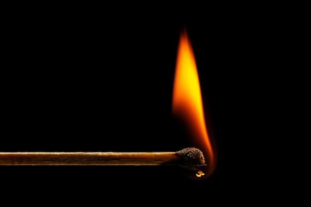 マッチ棒で燃えるマクロ火。 Premium写真