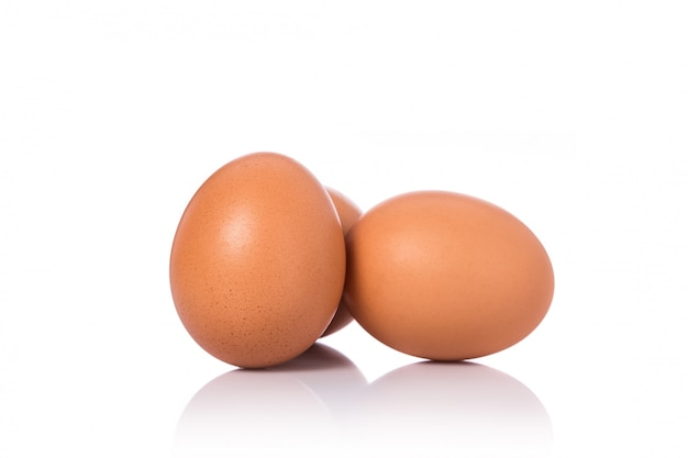 Свежее куриное яйцо выстрелил в студии. изолированные на белом Premium Фотографии