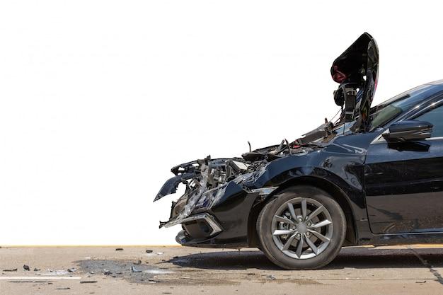 黒い車の前側が道路での事故により損傷を受ける Premium写真
