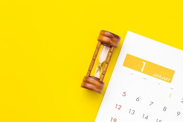 カレンダーのビンテージ砂時計 Premium写真
