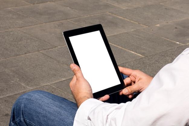 электронной планшет в руках фото обращаю