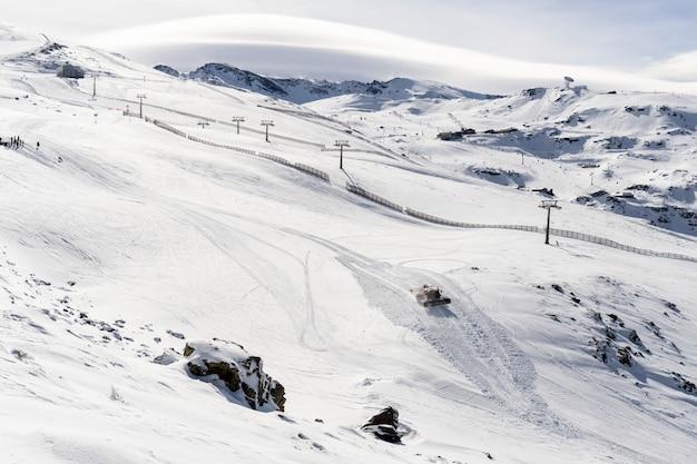 Горнолыжный курорт сьерра-невада зимой полон снега Premium Фотографии