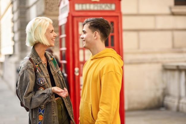 ウェストミンスター橋、テムズ川、ロンドンで幸せなカップル。英国。 Premium写真