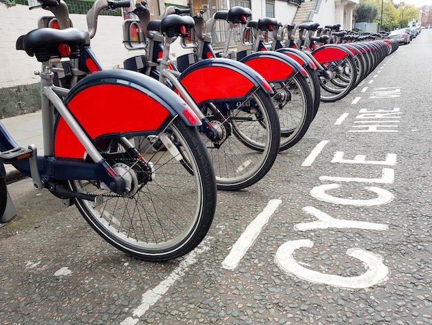 ロンドンの駅でレンタル自転車 Premium写真