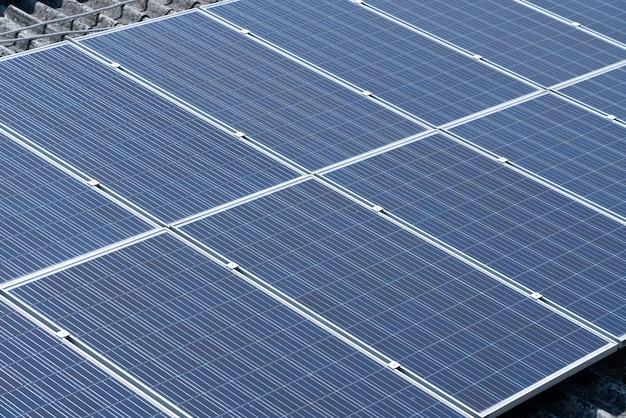 Солнечные элементы на крыше здания Premium Фотографии