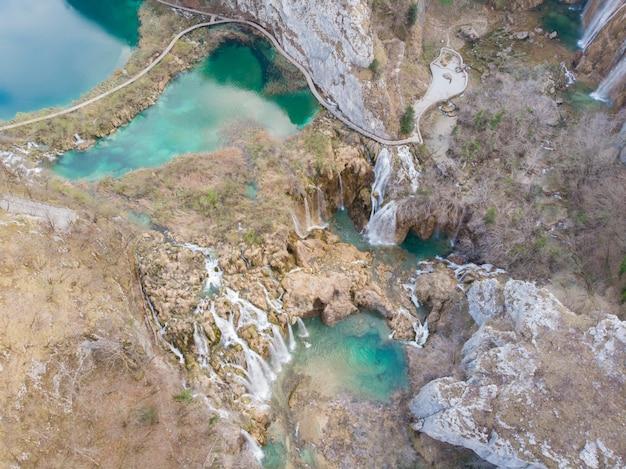 Аэрофотоснимок водопада в национальном парке плитвицкие озера Premium Фотографии