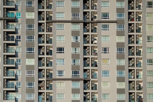 コンドミニアムのバルコニーと窓の正面 Premium写真