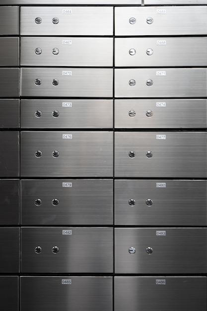 金属製のセーフティボックスパネル壁。セキュリティーおよび銀行保護の概念。 Premium写真