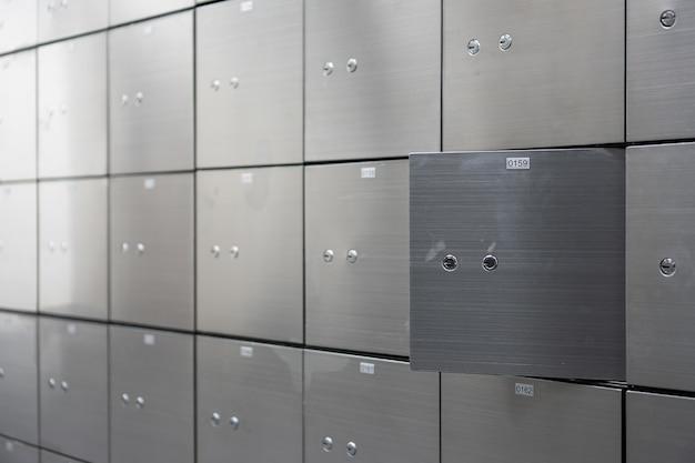 開いたものが付いている金属の安全箱のパネルの壁。セキュリティーおよび銀行保護の概念。 Premium写真
