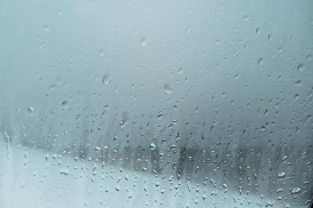 Капли воды на оконное стекло от конденсата. капли дождя на фоне оконного стекла Premium Фотографии