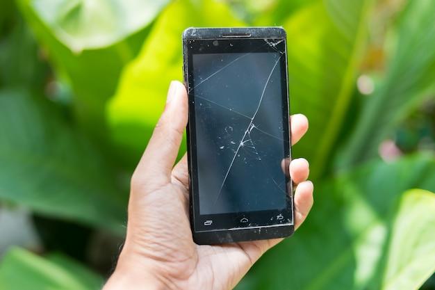 両手壊れたモバイルスマートフォン Premium写真