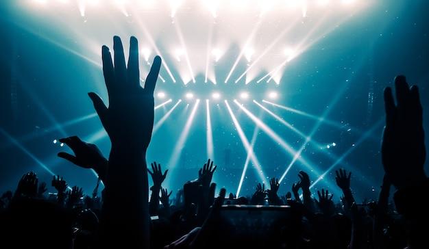 ナイトクラブパーティーコンサートでハッピーピープルダンス Premium写真