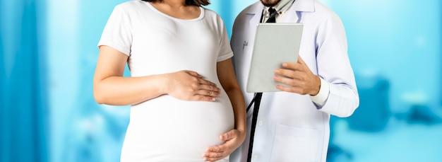 妊娠中の女性と婦人科医の病院で Premium写真