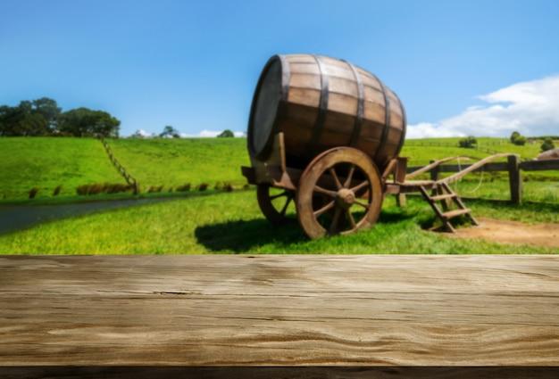 Деревянная таблица в зеленом ландшафте виноградника весны. Premium Фотографии