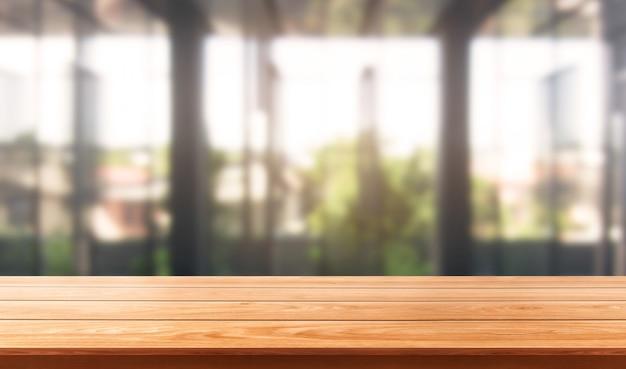 市内中心部の近代的なオフィスの背景の木のテーブル Premium写真