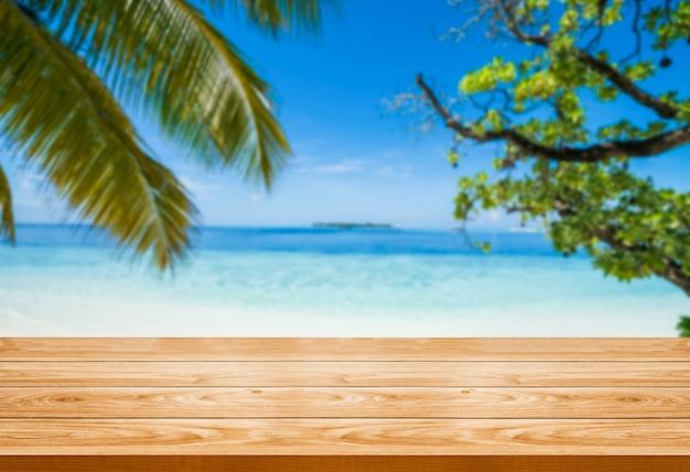 Коричневый деревянный стол на пляже летом тропический. Premium Фотографии