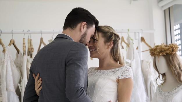 ウェディングドレスの新郎新婦は、式を準備します。 Premium写真
