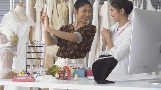 結婚式の店の店主と話している将来の花嫁の顧客 Premium写真