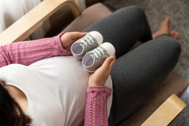 幸せな妊娠中の女性と期待して赤ちゃん。 Premium写真