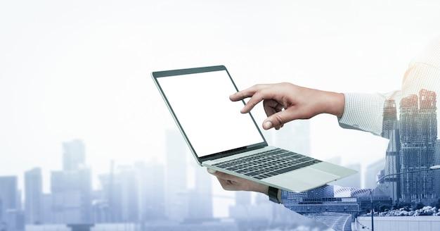 ビジネスマン使用コンピューターの二重露光画像 Premium写真