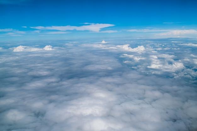 飛行機から見た空と雲 Premium写真