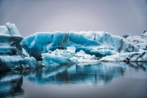 アイスランドの手配氷河ラグーンの氷山。 Premium写真