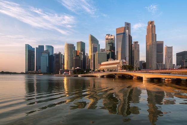マリーナベイでの日の出のシンガポールのスカイライン Premium写真