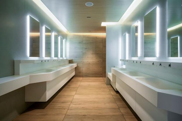 公衆トイレとトイレのモダンなデザイン。 Premium写真