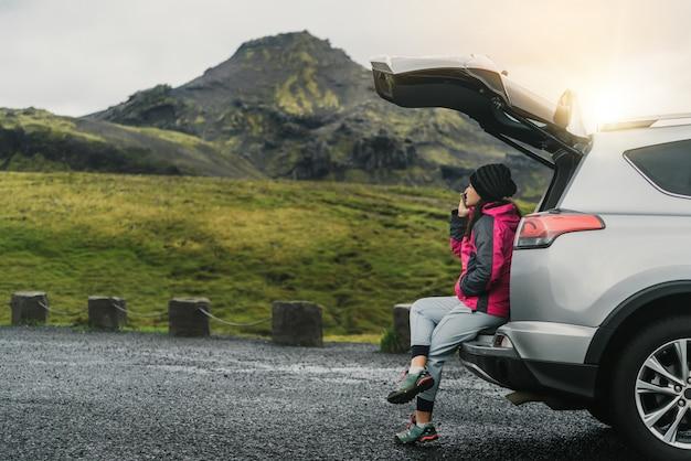 Женщина-турист путешествует на внедорожнике в исландии Premium Фотографии