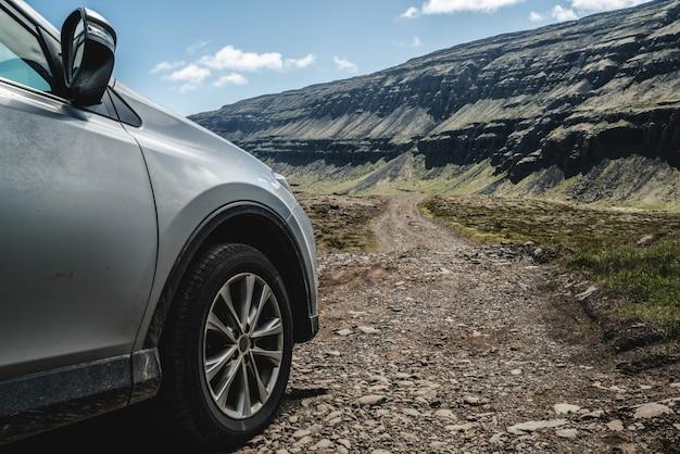Автомобиль внедорожник автомобиль работает на гравийной дороге. Premium Фотографии
