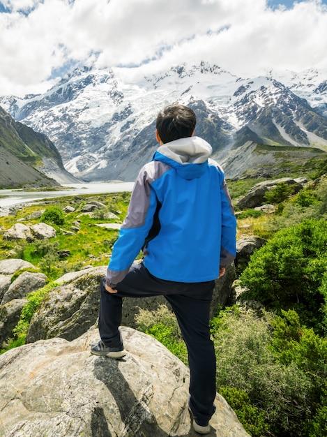 Человек путешествует в горном хребте пейзаж Premium Фотографии
