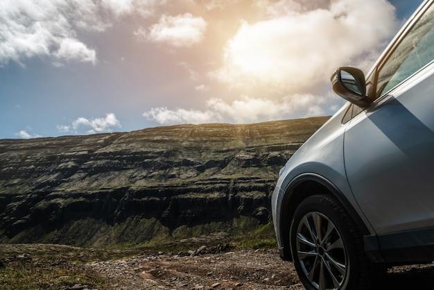 Автомобиль внедорожник автомобиль работает на гравийной дороге Premium Фотографии