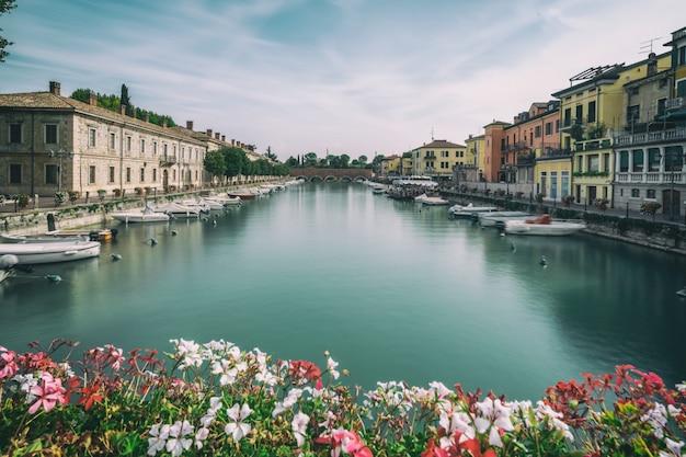 Красочный город пескьера-дель-гарда в италии. Premium Фотографии