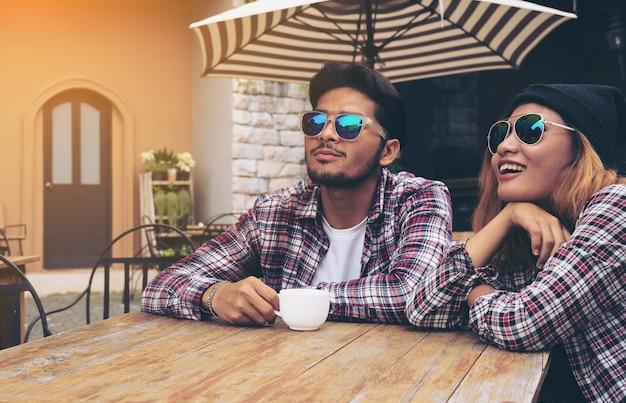 幸せな学生の友人は、カフェレストランでハングアウト。 Premium写真