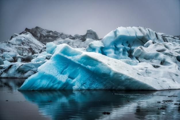 アイスランドのヨークルサルロン氷河ラグーンの氷山。 Premium写真