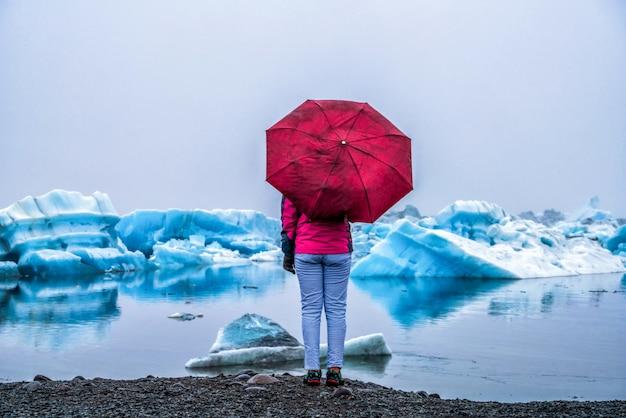 アイスランドの手配氷河氷河ラグーンの旅 Premium写真