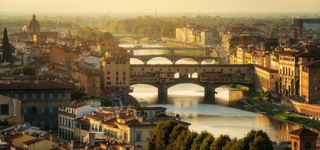 Мост понте веккио во флоренции, италия Premium Фотографии
