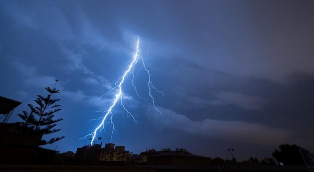 嵐の夜、壮大な稲妻 Premium写真
