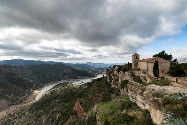 スペイン、カタルーニャのシウラーナの魔法の町の教会 Premium写真