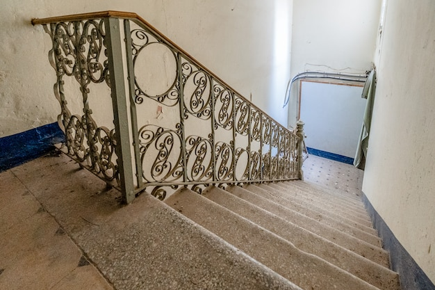 金属製の伝統的な手すり付き階段 Premium写真