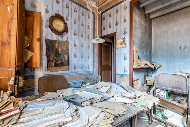 多くの文書で古い放棄されたオフィス Premium写真