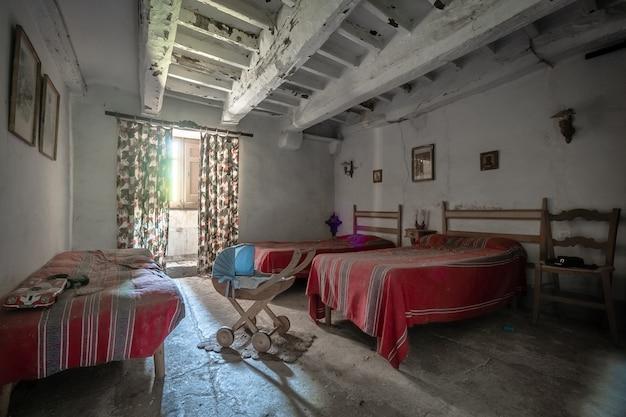 多くのベッドのある古い家の寝室 Premium写真