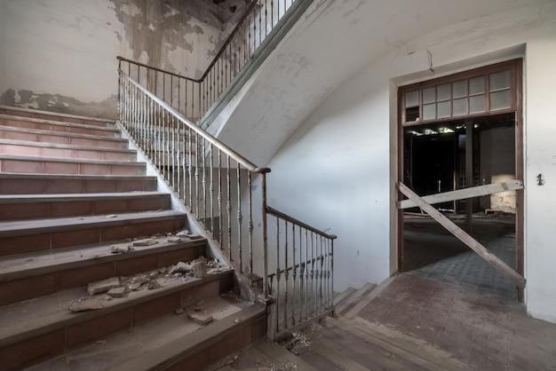 放棄された建物の階段 Premium写真