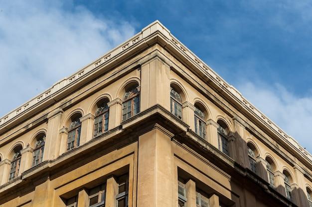 古典的な建物の窓 Premium写真