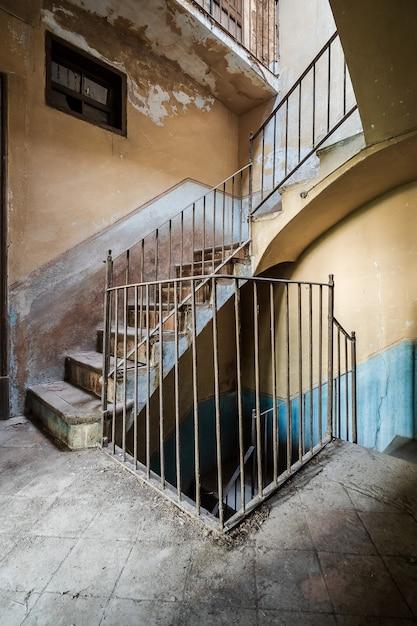 廃屋の階段 Premium写真